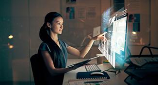 Immagine di Person reading data on computer screen